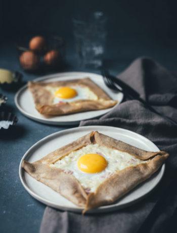 Rezept für klassische Galettes, wie man sie aus der Bretagne kennt. Galette Complète ist ein bretonischer Buchweizenpfannkuchen, der mit Kochschinken, geriebenem Emmentaler und einem Spiegelei serviert wird | moeyskitchen.com #galette #galettes #buchweizenpfannkuchen #rezepte #galettecomplete #französischeküche #foodblogger #bretagne #crepe