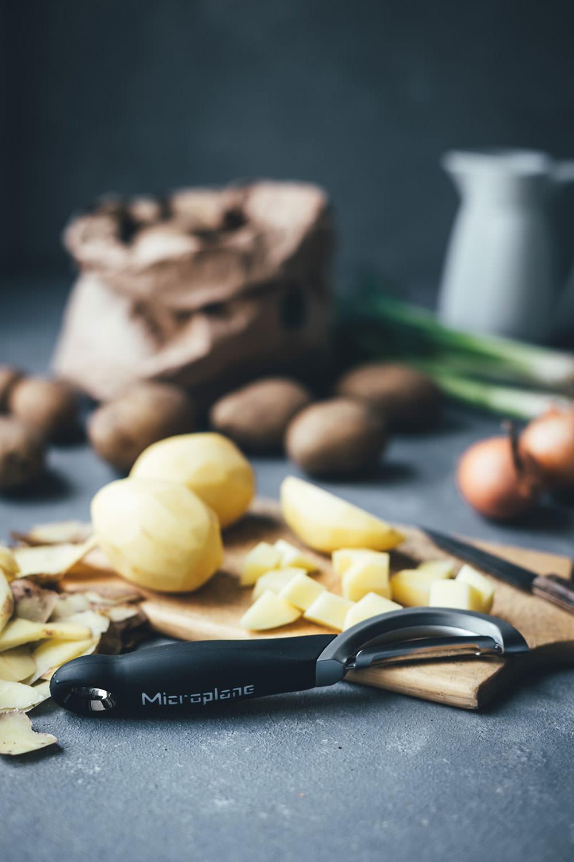 Rezept für deftige Kartoffelsuppe mit Bacon und Cheddar | Loaded Baked Potato Soup | moeyskitchen.com #kartoffelsuppe #suppe #herbstsuppe #rezepte #foodblogger #herbstrezepte #suppenrezepte #herbst #potatosoup #bacon #cheddar