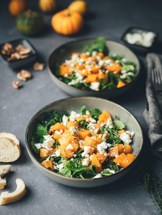 Rezept für lauwarmen Kürbis-Salat mit Rucola, Feta und Walnüssen | vegetarische Herbstküche | moeyskitchen.com #kürbis #pumpkin #salat #herbstsalat #vegetarisch #veggie #rezepte #foodblogger #kürbissalat #salatrezepte