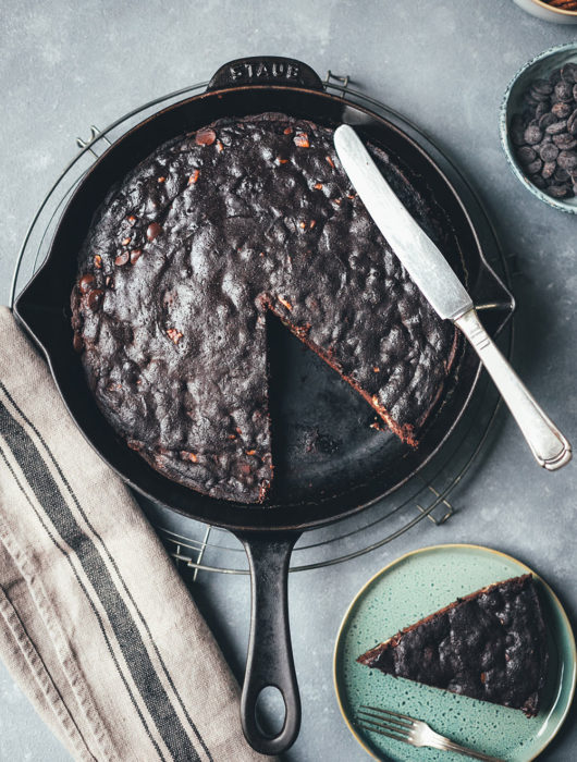 Rezept für leckeren Schoko-Nuss-Kuchen aus der Pfanne | Kuchen backen ohne Backofen | Schokokuchen mit Walnüssen | moeyskitchen.com #schokonusskuchen #schokokuchen #kuchen #kuchenbacken #backenohnebackofen #backenohneofen #kuchenausderpfanne #pfanne #herd #rezepte #foodblogger