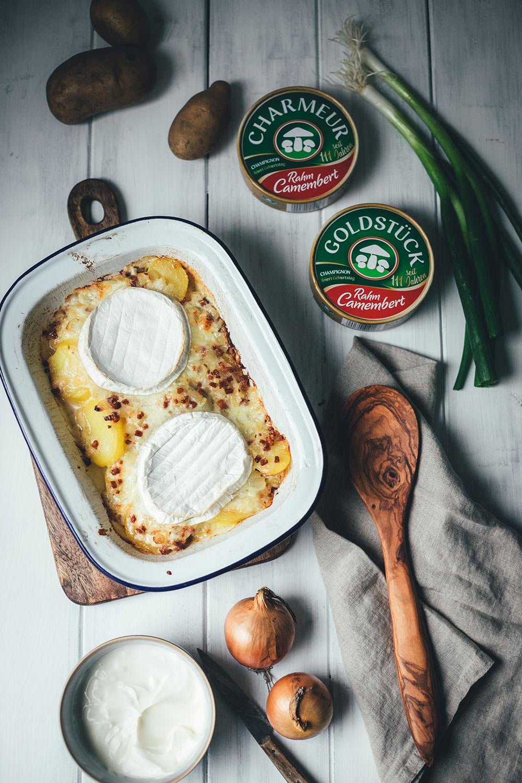 Rezept für Tartiflette mit Camembert | deftiger Kartoffelauflauf mit Zwiebeln, Speck und Crème fraîche | moeyskitchen.com #tartiflette #auflauf #kartoffelauflauf #kartoffeln #kartoffelgratin #camembert #soulfood #herbstrezepte #rezepte #foodblogger