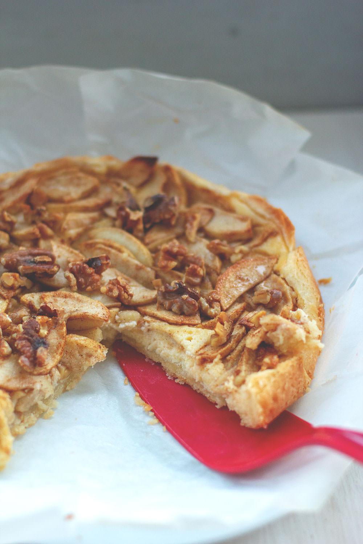 Rezept für blitzschnellen Apfelkuchen aus Rührteig, mit Frischkäse-Guss, Zimt & Zucker und Walnusskernen | der perfekte Apfelkuchen für den Herbst und Winter | moeyskitchen.com #apfelkuchen #äpfel #kuchen #backen #foodblogger #rezepte