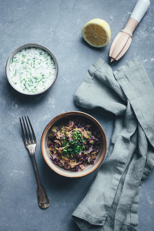 Rezept für bunten Krautsalat mit Buttermilch-Zitronen-Dressing | Cole Slaw aus Weißkohl, Rotkohl und Rosenkohl | moeyskitchen.com #rezepte #salat #krautsalat #coleslaw #kohl #foodblogger #vegetarisch