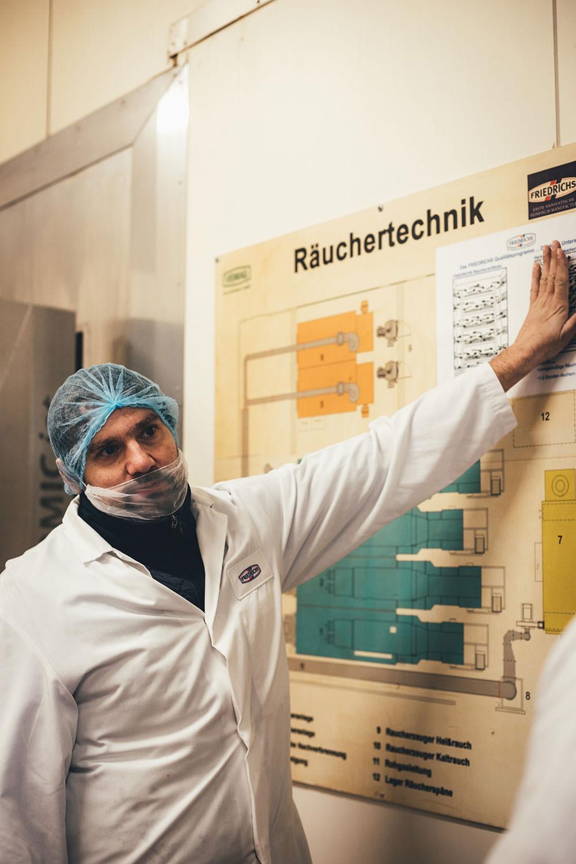 Rezept für frische selbst gemachte Pasta mit geräuchertem Wildlachs Filetstück und cremiger Sauce | Blick hinter die Kulissen in der Produktion von Alaska-Wildlachs-Produkten | Werbung | moeyskitchen.com #wildlachs #alaskawildlachs #pasta #homemade #rezepte #foodblogger #produktion #travelblogger #blickhinterdiekulissen #fischfabrik #friedrichs #friedrichsfeinfisch