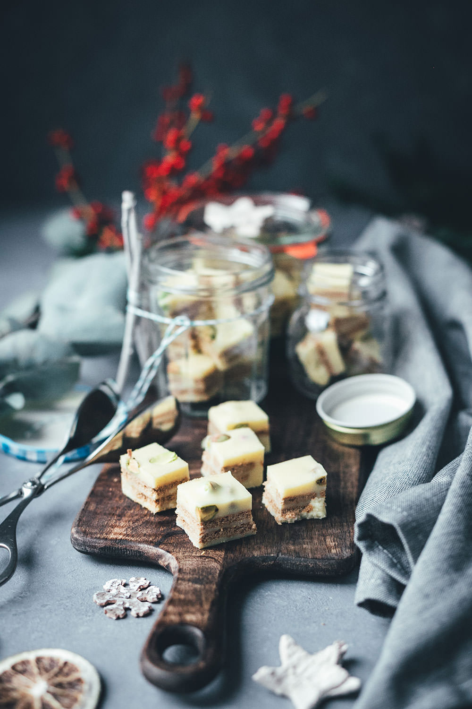 Weihnachtlicher Kalter Hund mit weißer Schokolade, Spekulatius und Pistazien | Geschenke aus der Küche für die Weihnachtszeit und den Plätzchenteller | moeyskitchen.com #kalterhund #kekskuchen #kalteschnauze #spekulatius #weisseschokolade #weihnachtsplätzchen #rezepte #foodblogger #weihnachten