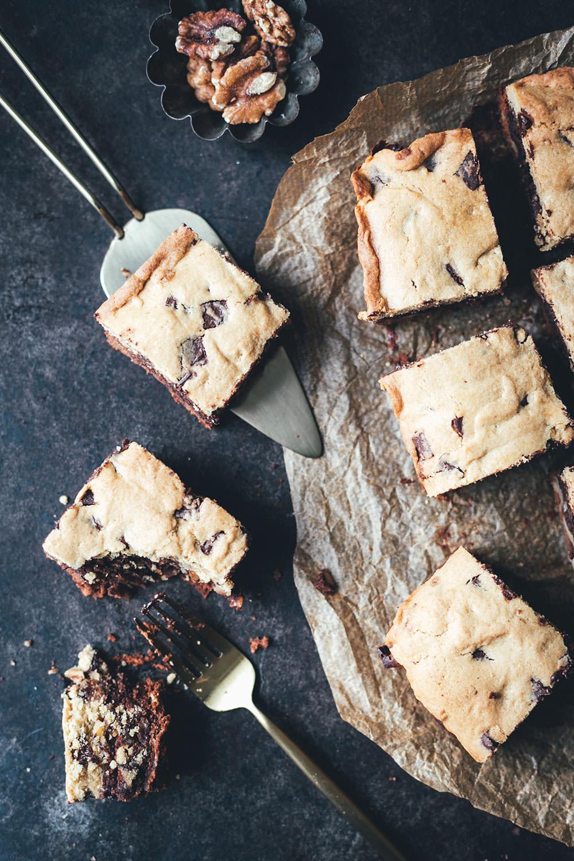 Rezept für Brookies - die perfekte Mischung aus Brownies und Cookies | saftiger Brownie mit Walnüssen trifft aus knusprigen Cookie mit Schokostückchen | moeyskitchen.com #brookies #brownies #cookies #backen #rezepte #foodblogger #brownie #cookie #kekse #keks