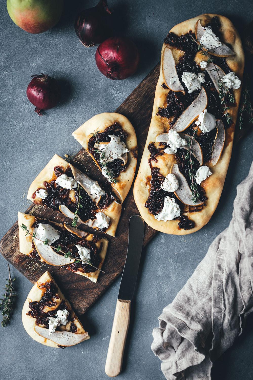 Rezept für mallorquinische Coca Pizza mit karamellisierten Balsamico-Zwiebeln, Birne und Ziegenfrischkäse | moeyskitchen.com #coca #cocapizza #pizza #zwiebeln #balsamico #acetobalsamico #acetobalsamicodimodena #balsamicozwiebeln #rezepte #foodblogger