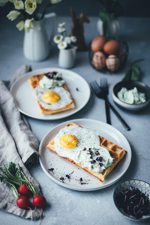 Rezept für herzhafte Kartoffel-Waffeln mit Spiegelei und Bärlauch-Feta-Dip | Foodblogger-Osterbrunch 2019 #foodblogger #rezepte #ostern #osterrezepte #waffeln #herzhaftewaffeln #bärlauch #brunch #osterbrunch
