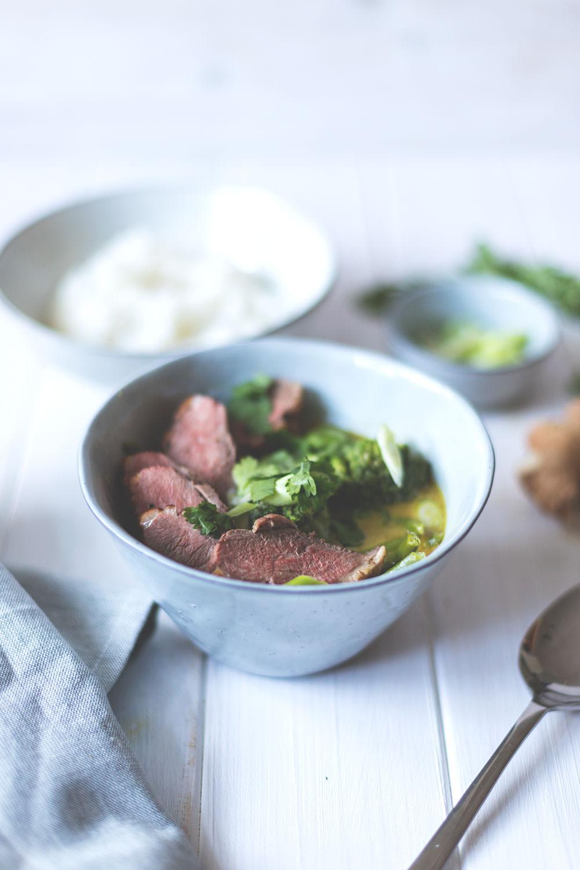 Rezept für einfaches grünes Thai-Curry mit knuspriger Entenbrust, grünen Bohnen, Brokkoli, Frühlingszwiebeln und Koriander | Saisonal schmeckt's besser | moeyskitchen.com