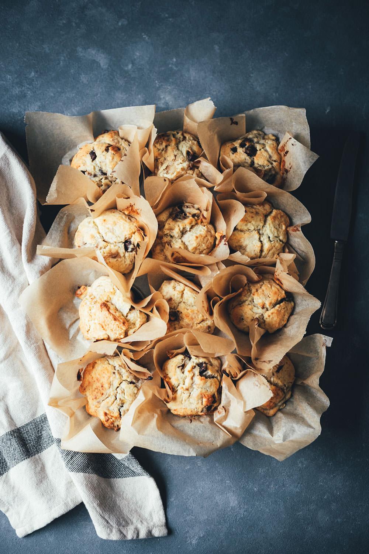 Rezept für saftige Bananen-Muffins mit Walnusskernen und Schokoladen-Stückchen | moeyskitchen.com #rezepte #foodblogger #backen #muffins #bananenmuffins #schokomuffins #muffinsbacken