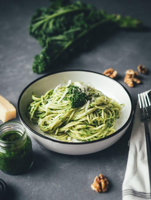 Rezept für blitzschnelles Grünkohl-Pesto mit Walnüssen | zubereitet während die Nudeln kochen | tolle Pesto-Variante für den Winter | moeyskitchen.com #grünkohl #kale #rezepte #foodblogger #pesto #kalepesto #grünkohlpesto #winterrezepte
