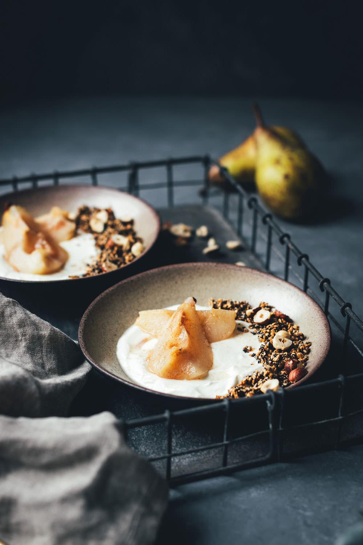 Rezept für Knusper-Granola aus Mohn, Sesam und Leinsamen – serviert mit in Honig pochierter Birne und cremigem Joghurt | Frühstücksrezept von moeyskitchen.com #granola #knuspergranola #knuspermüsli #müsli #frühstück #frühstücksrezept #frühstücksbowl #birnen #joghurt #winterfrühstück #rezepte #foodblogger