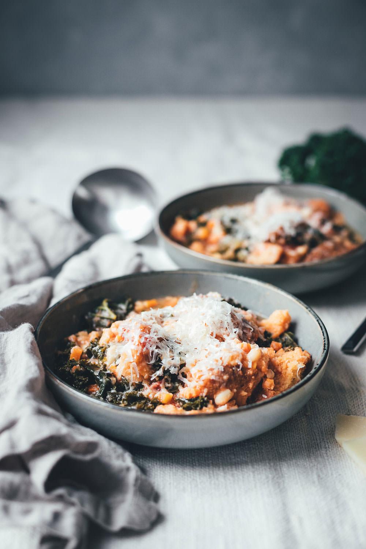 Rezept für Ribollita | toskanischer Eintopf mit Grünkohl, weißen Bohnen und Brot | vegetarisch deftiger Eintopf | moeyskitchen.com #rezept #foodblogger #foodblog #suppe #eintopf #ribollita #grünkohl #winter #winterrezepte #italienischeküche #italienischkochen #soulfood #vegetarisch
