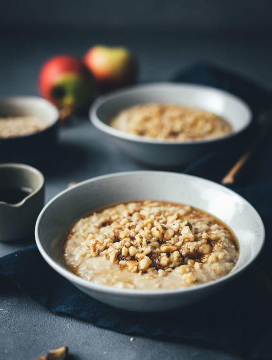 Rezept für Apfel-Porridge mit Walnüssen und Ahornsirup | Das perfekte warme Frühstück im Winter | Rezept mit und ohne Thermomix | moeyskitchen.com #porridge #apfelporridge #haferflocken #vegan #frühstück #winter #winterfrühstück #thermomix #thermomixrezept #rezepte #foodblogger #tm31 #tm5 #tm6 #thermomixdonnerstag