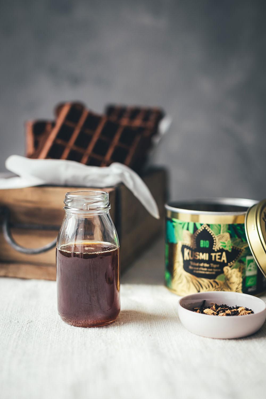 Rezept für schokoladige Chai Latte Waffeln mit Mascarpone und Chai-Honig-Sirup | moeyskitchen.com #waffeln #chai #chailatte #tchaiofthetiger #chaitee #chailattewaffeln #chaisirup #rezepte #foodblogger