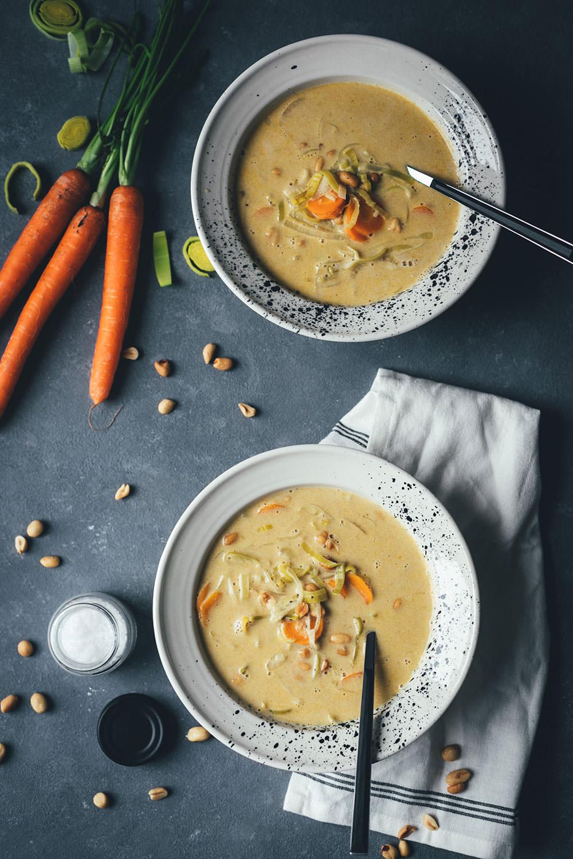 Rezept für würzige Erdnuss-Suppe mit Currypaste, Gemüse und Kokosmilch | wärmend und wohltuend in den kalten Monaten | moeyskitchen.com #suppe #soup #erdnusssuppe #curry #currypaste #rezept #vegetarisch #foodblogger
