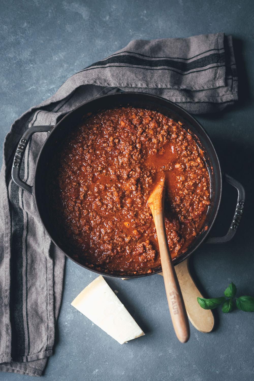 Rezept für Ragù alla bolognese – Sauce Bolognese nach Marcella Hazan | klassisches Sugo-Rezept für Bolognese – mit trockenem Weißwein und Vollmilch | moeyskitchen.com #bolognese #raguallabolognese #bolognesesauce #saucebolognese #marcellahazan #dieechtebolognese #bolo #rezepte #foodblogger #italienischkochen #italienischeküche