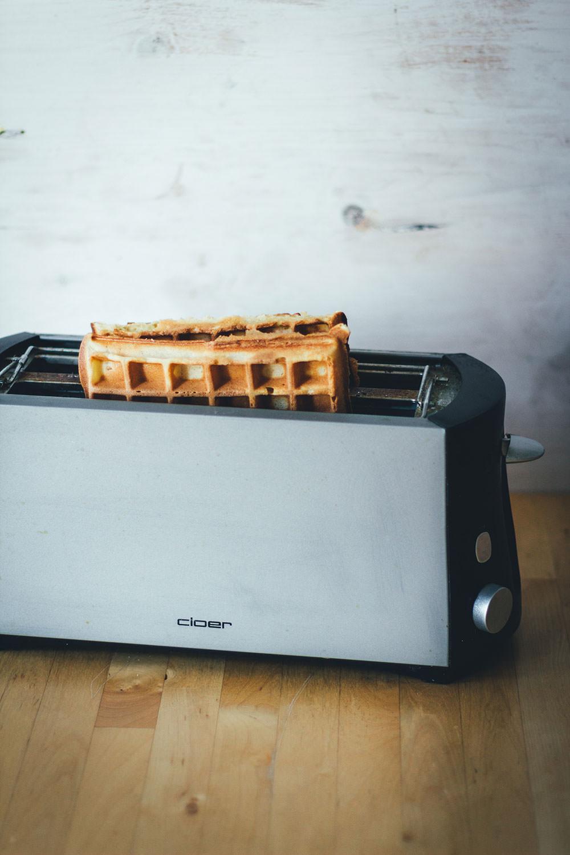 Rezept für dicke, knusprige Waffeln | belgische Waffeln, frisch gebacken und eingefroren zum Aufbacken im Toaster | moeyskitchen.com #waffeln #grundrezeptwaffeln #waffelnbacken #belgischewaffeln #brüsselerwaffeln #rezepte #foodblogger