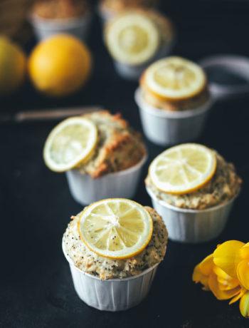 Rezept für Zitronen-Mohn-Muffins | klassische Muffins, schnell und einfach zubereitet und besonders saftig dank Zitronensirup | moeyskitchen.com #muffins #zitronenmohnmuffins #muffinsbacken #zitronenmuffins #zitronensirup #foodblogger #rezepte