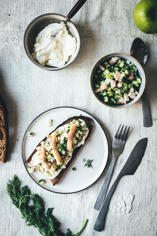 Rezept für belegte Brote mit Meerrettich-Frischkäse und zweierlei Tatar vom geräucherten Bach-Saibling mit Gurke und Apfel oder Rote Bete und Apfel | moeyskitchen.com #bachsaibling #tatar #belegtebrote #saiblingstatar #brunch #frühstück #osterbrunch #foodblogger #rezepte