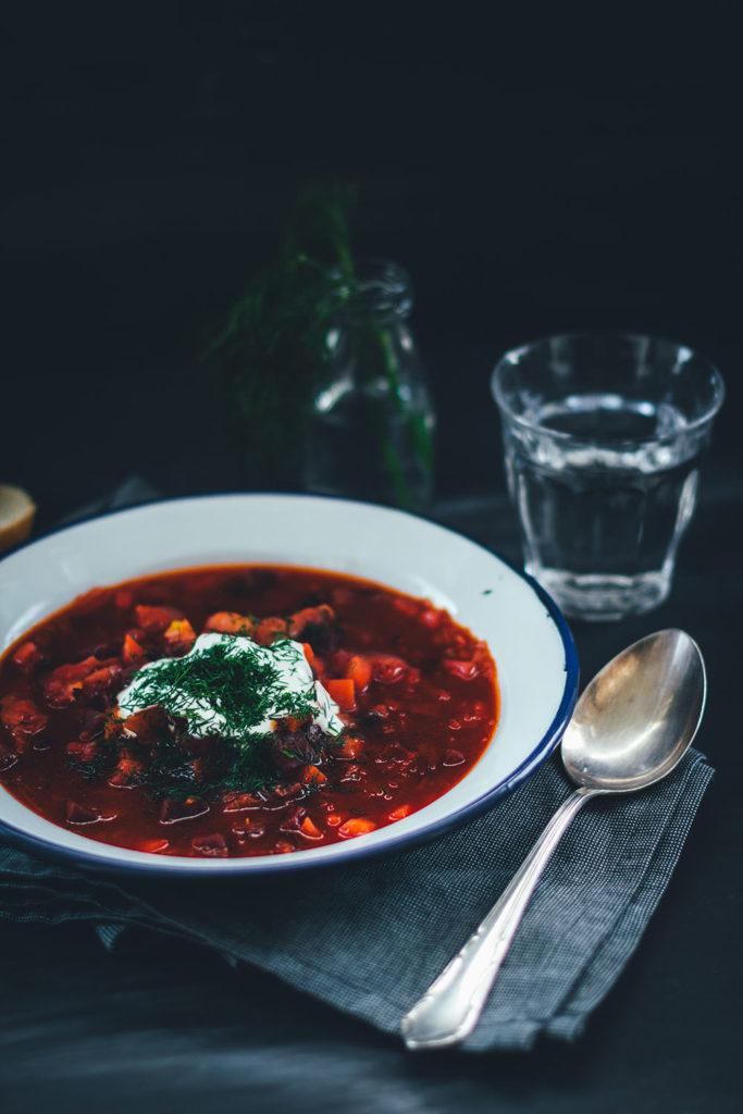 Rezept für vegetarischen Borschtsch (Borscht) | osteuropäische Wintersuppe mit Kohl und Rote Bete | moeyskitchen.com #rezepte #foodblogger #borschtsch #suppe #borscht #vegetarisch #wintersuppe #herbstsuppe #suppenrezepte