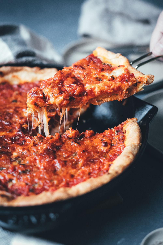 Rezept für Chicago Style Deep Dish Pizza | amerikanische Pizza mit extra-krossem Boden und saftiger Tomaten-Mozzarella-Füllung | moeyskitchen.com #pizza #deepdishpizza #chicagostylepizza #chicagostyledeepdishpizza #pizzabacken #rezepte #foodblogger #vegetarisch