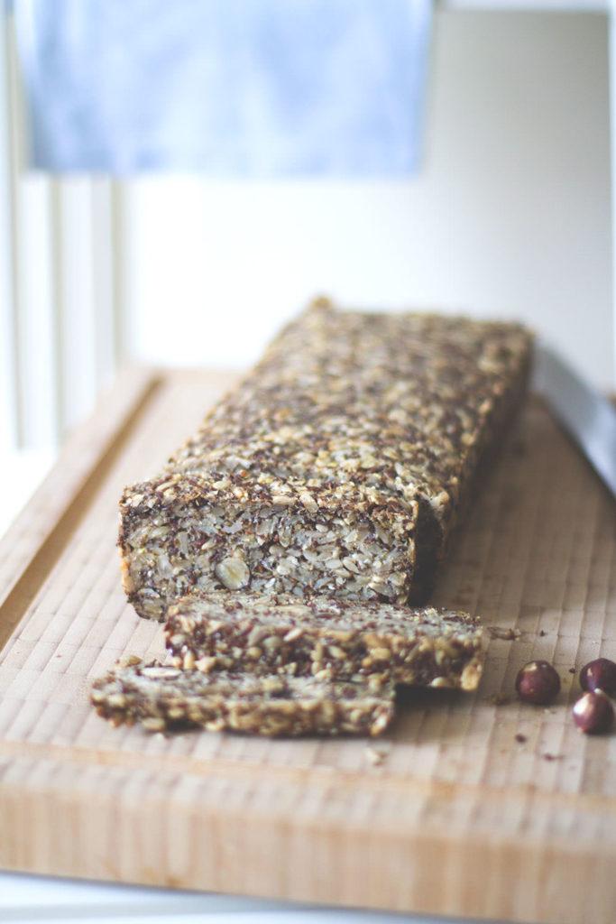 Rezept für saftiges Granola-Brot | Life Changing Bread ohne Backtriebmittel, Ei und Mehl | moeyskitchen.com #brot #brotbacken #granolabrot #brotohnemehl #lifechangingbread #rezepte #foodblogger