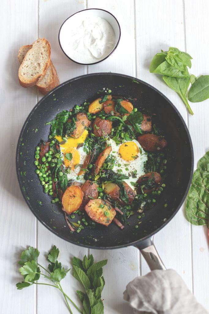 Rezept für grüne Shakshuka mit Mangold, Spinat und Kartoffeln | moeyskitchen.com #shakshuka #kartoffeln #pfannengericht #grüneshakshuka #vegetarisch #hauptgericht #rezepte #foodblogger