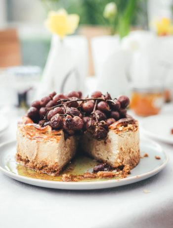 Rezept für herzhaften Käsekuchen mit gerösteten Trauben | 5-Käse-Cheesecake | moeyskitchen.com #cheesecake #käsekuchen #herzhaftbacken #brunch #party #herzhaftercheesecake #rezepte #foodblogger