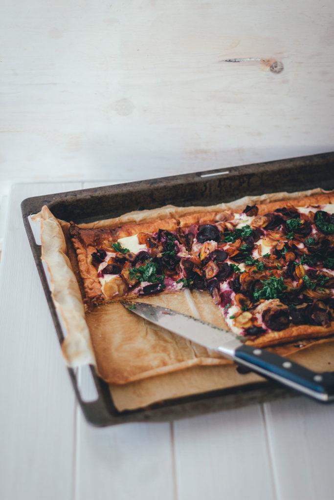 Rezept für knusprige bunte Möhrentarte mit Ricotta und Kräuteröl | moeyskitchen.com #tarte #möhren #ricotta #möhrentarte #feierabendküche #schnellerezepte #rezepte #foodblogger #vegetarisch #hauptgericht