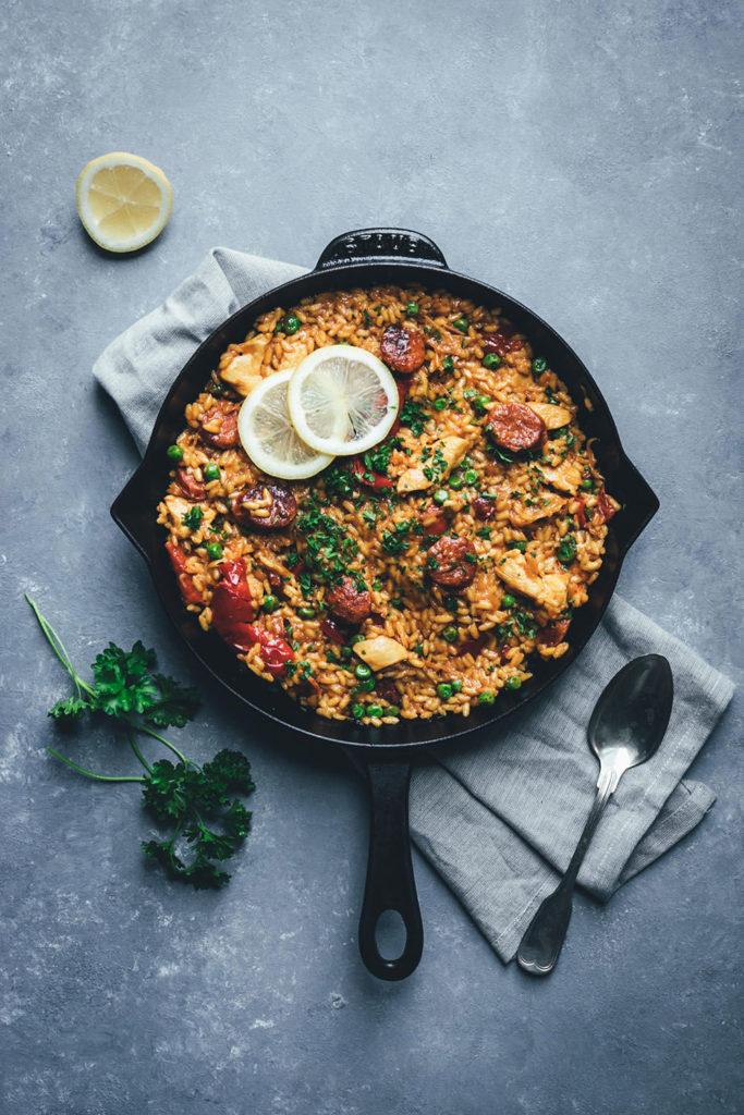 Rezept für leckere und deftige One Pan Paella | moeyskitchen.com #paella #onepan #onepot #reis #schnellerezepte #rezepte #foodblogger