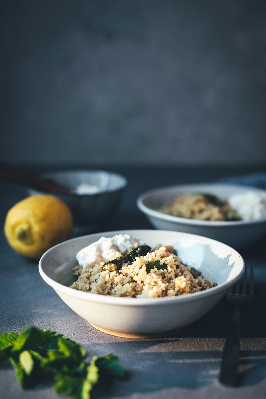 Rezept für Couscous-Salat mit gegrilltem grünem Spargel, Kichererbsen und Feta-Zitronen-Dip | leckere Frühlingsküche für Lunch, Dinner oder als Grillbeilage | moeyskitchen.com #rezepte #foodblogger #couscous #spargel #salat #grillen #bbq #vegetarisch