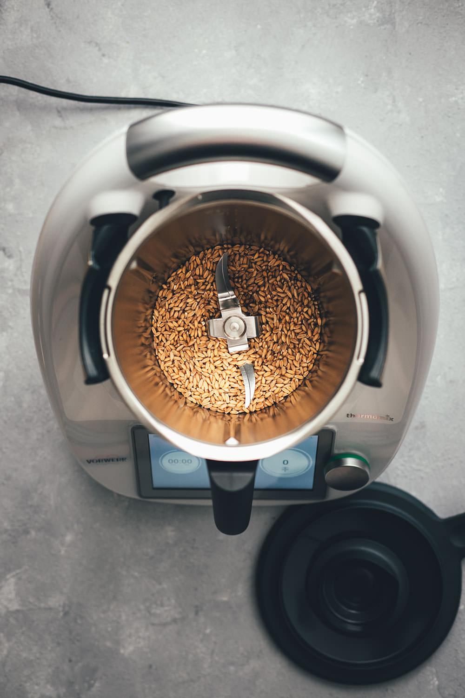 Rezept für Dinkelvollkornbrot mit Möhren, Sonnenblumenkernen, Leinsamen und Joghurt | mit Trockenhefe oder frischer Hefe | mit Dinkelvollkornmehl oder aus ganzen Dinkelkörnern | Rezept mit und ohne Thermomix | moeyskitchen.com #dinkelvollkornbrot #vollkornbrot #dinkelbrot #körnerbrot #kastenbrot #thermomix #tm5 #tm6 #thermomixdonnerstag #thermomixrezepte #rezepte #foodblogger