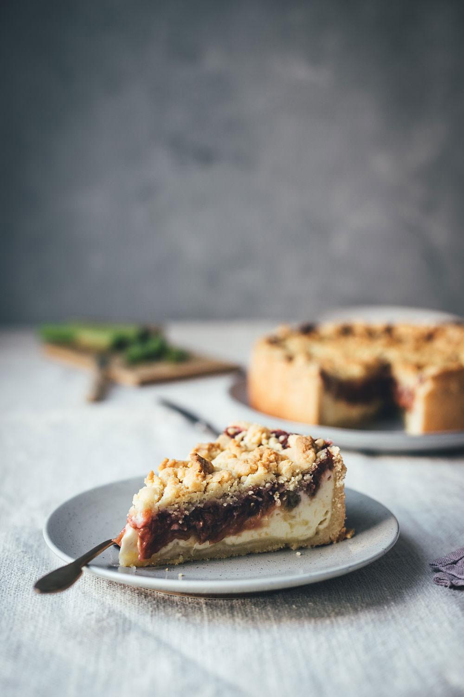 Rezept für Rhabarber-Käsekuchen mit Streuseln | klassischer Kuchen | moeyskitchen.com #käsekuchen #streuselkuchen #rhabarber #kuchen #kuchenbacken #backen #foodblogger #rezepte