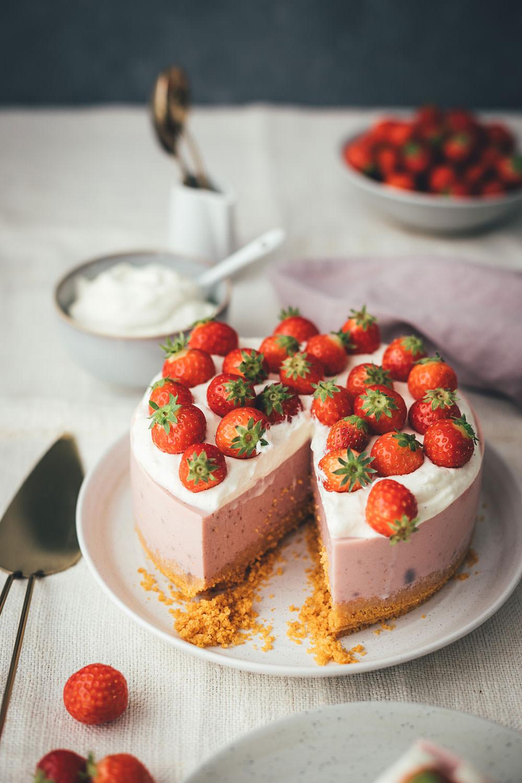Rezept für Erdbeer Panna Cotta Torte | Kühlschrankkuchen – Kuchen ohne Backen | kleines feines Törtchen für den Sommer | moeyskitchen.com #erdbeerkuchen #erdbeertorte #erdbeeren #pannacotta #erdbeerpannacottatorte #kühlschrankkuchen #kühlschranktorte #tmdonnerstag #thermomix #tm5 #tm6 #tm31 #rezepte #foodblogger