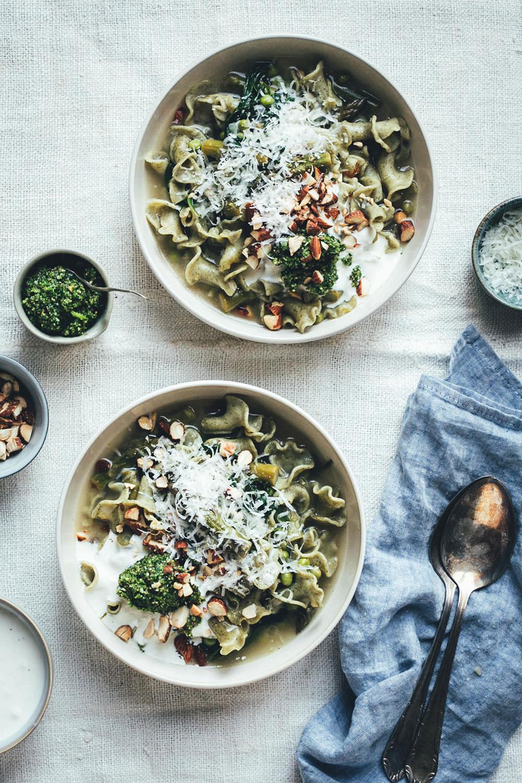 Rezept für grüne Frühsommer-Minestrone mit Pasta, grünem Spargel, Spinat, Erbsen und Parmesan | perfekt für die schnelle Feierabendküche oder Alltagsküche | Aus 1 mach 2: Mit Petersilien-Pesto, aufgeschlagenem Zitronen-Ricotta und Rauchmandeln wird die Minestrone gepimpt und eignet sich so perfekt für Gäste oder fürs Sonntagsessen | moeyskitchen.com (Werbung) #minestrone #suppe #pasta #frühling #frühsommer #rezepte #foodblogger #vegetarisch #nudelmachterfinderisch #birkel #nudelinspiration