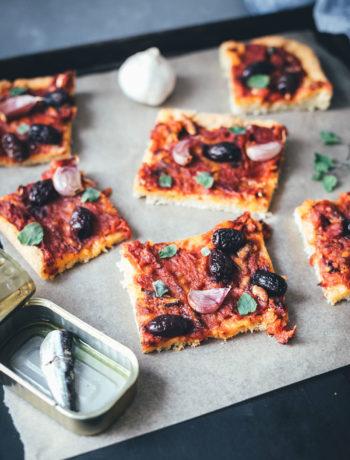 Rezept für Sardenaira: ligurische Focaccia – Pizza mal anders | knuspriger Hefeteig mit reichlich Olivenöl, Tomatensauce, Sardinen, Oliven und Knoblauche | moeyskitchen.com #sardenaira #focaccia #pizza #italienisch #italienischeküche #kochen #rezepte #foodblogger #backen #hefeteig