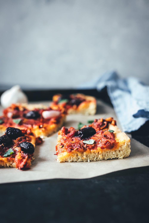 Rezept für Sardenaira: ligurische Focaccia – Pizza mal anders   knuspriger Hefeteig mit reichlich Olivenöl, Tomatensauce, Sardinen, Oliven und Knoblauche   moeyskitchen.com #sardenaira #focaccia #pizza #italienisch #italienischeküche #kochen #rezepte #foodblogger #backen #hefeteig