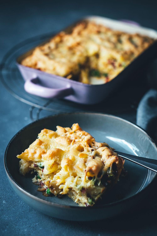 Schneller Nudelauflauf – fix auf dem Tisch: Rezept für Auflauf mit Penne, Erbsen, Speck, Eier-Sahne und Gouda | schnelle Feierabendküche für die ganze Familie - einfaches Grundrezept mit Abwandlungen | moeyskitchen.com #nudelauflauf #auflauf #pasta #nudeln #rezepte #foodblogger #schnelleküche #kochen