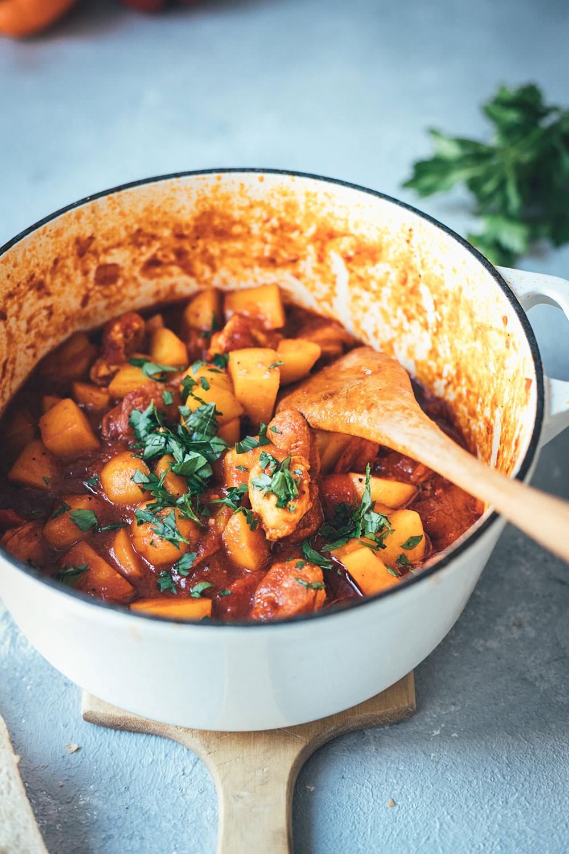 Spanischer Kartoffel-Paprika-Eintopf mit Chorizo und Hähnchenbrust | Rezept für einfache und deftige Mittelmeerküche aus Spanien – Fix auf dem Tisch | moeyskitchen.com #eintopf #stew #spanischeküche #spanischkochen #urlaubsküche #mittelmeerküche #mediterraneküche #rezepte #foodblogger #chorizo #kartoffeln #paprika #fixaufdemtisch
