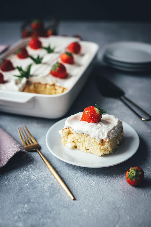Rezept für Tres Leches Cake | mittelamerikanischer Milchkuchen | einfacher Biskuitteig, der mit drei Milchsorten getränkt und anschließend mit Sahnehaube serviert wird | moeyskitchen.com #tresleches #treslechescake #treslecheskuchen #kuchen #kuchenbacken #rezepte #foodblog #foodblogger #backen #backrezepte #worldbakingday #nationalfoodday