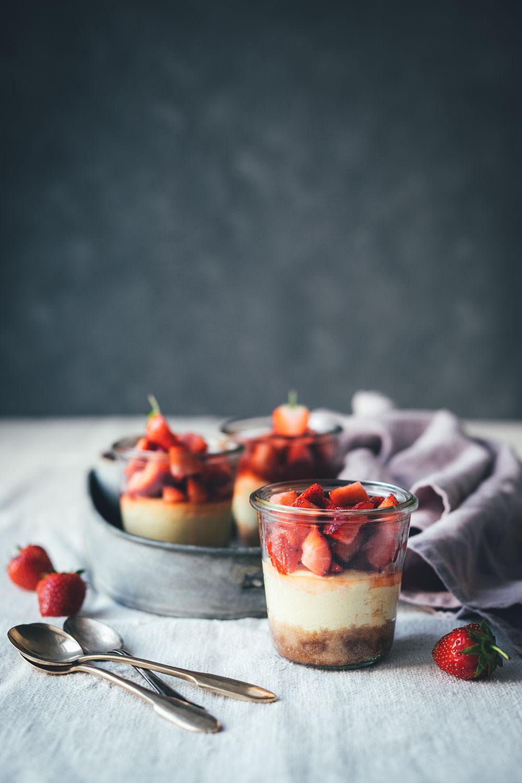 Rezept für kleine Erdbeer-Cheesecakes im Glas | individueller Cheesecake im Glas gebacken und mit frischen Erdbeeren serviert | moeyskitchen.com #cheesecake #erdbeeren #rezepte #foodblogger #käsekuchen #strawberrycheesecake #kuchen #kuchenbacken #beeren
