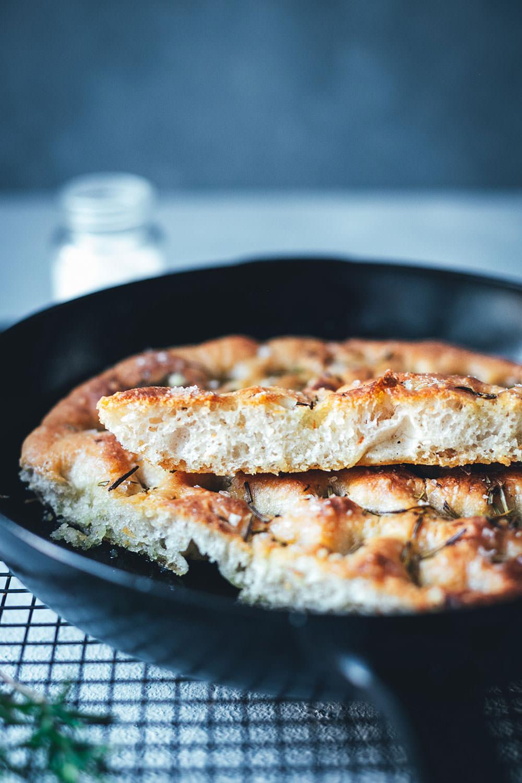 Rezept für knusprige Focaccia aus der Pfanne – auf dem Grill oder im Ofen gebacken | moeyskitchen.com #focaccia #brot #brotbacken #grillen #bbq #barbecue #rezepte #foodblogger