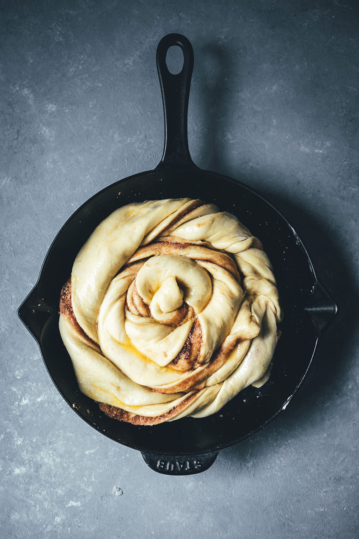 Rezept für Riesen-Zimtschnecke mit Zuckerguss | klassische Cinnamon Rolls als Kuchen | moeyskitchen.com #zimtschnecke #cinnamonroll #cinnamonbun #brunch #frühstück #kuchen #backen #foodblog #rezepte