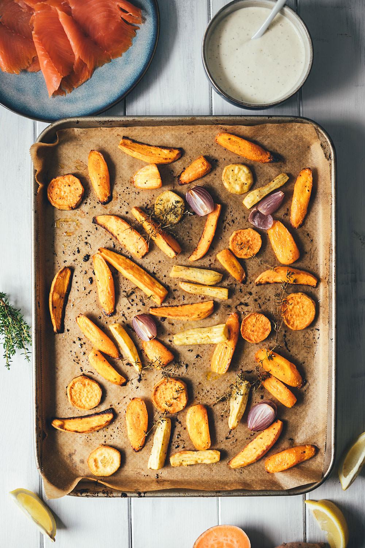 Rezept für geröstete Süßkartoffeln und Möhren vom Blech – mit Räucherlachs und Honig-Senf-Dip | gesundes Mittagessen oder leichtes Abendessen – schnell und einfach zubereitet | moeyskitchen.com #räucherlachs #räucherfisch #vomblech #onepan #süßkartoffeln #gesundkochen #foodblogger #rezepte #honigsenfdip