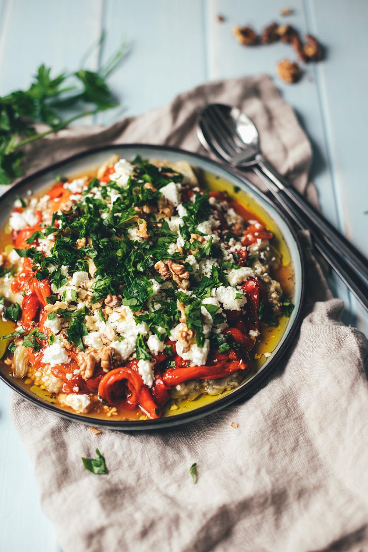 Gerösteter Auberginen-Paprika-Salat mit Walnüssen und Feta