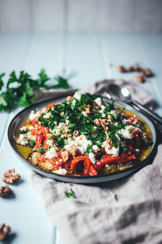 Rezept für gerösteten Auberginen-Paprika-Salat mit Walnüssen und Feta | aromatischer Sommersalat als Grillbeilage oder Mezze | moeyskitchen.com #salat #auberginen #paprika #sommerküche #rezept #kochen #feta #mezze #levanteküche #arabischeküche #babaghanoush #muhammara #veggie #grillen #bbq