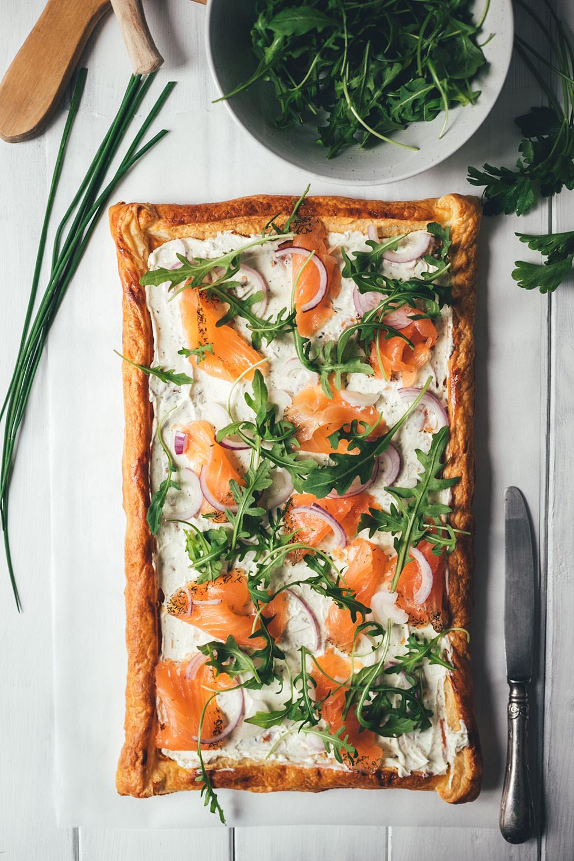 Rezept für Blätterteig-Tarte mit Frischkäse, Graved Lachs und Rucola | schnelle Feierabendküche mit nur 6 Zutaten | moeyskitchen.com #tarte #blätterteig #frischkäse #gravedlachs #feierabendküche #rezept #foodblog #foodblogger #kochen #einfacherezepte #schnellerezepte