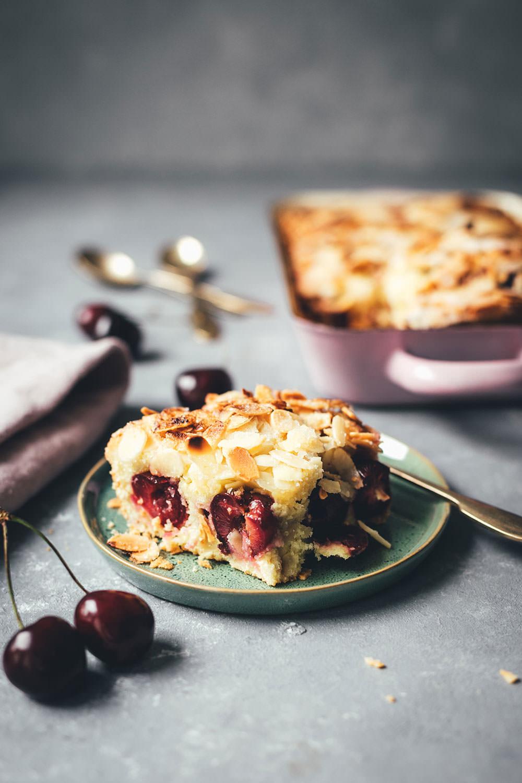 Rezept für super einfachen und unkomplizierten Kirschkuchen – Butterkuchen ohne Hefe mit Kirschen und Mandeln | moeyskitchen.com #butterkuchen #kirschkuchen #cherryboom #kirschen #kuchen #kuchenbacken #rezept #foodblogger