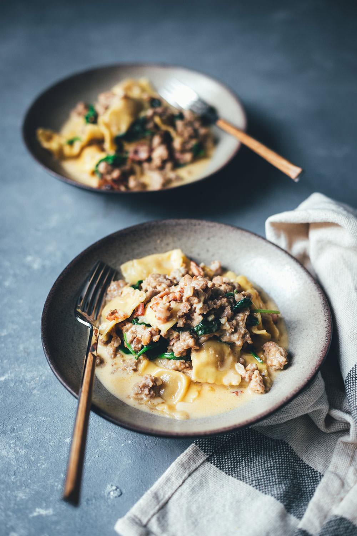 Rezept für One Pan Ravioli mit Bacon, Mett und Spinat in Sahnesauce | schnelle Feierabendküche | moeyskitchen.com #rezept #kochen #feierabendküche #schnellerezepte #onepan #onepot #ravioli #foodblogger #pasta